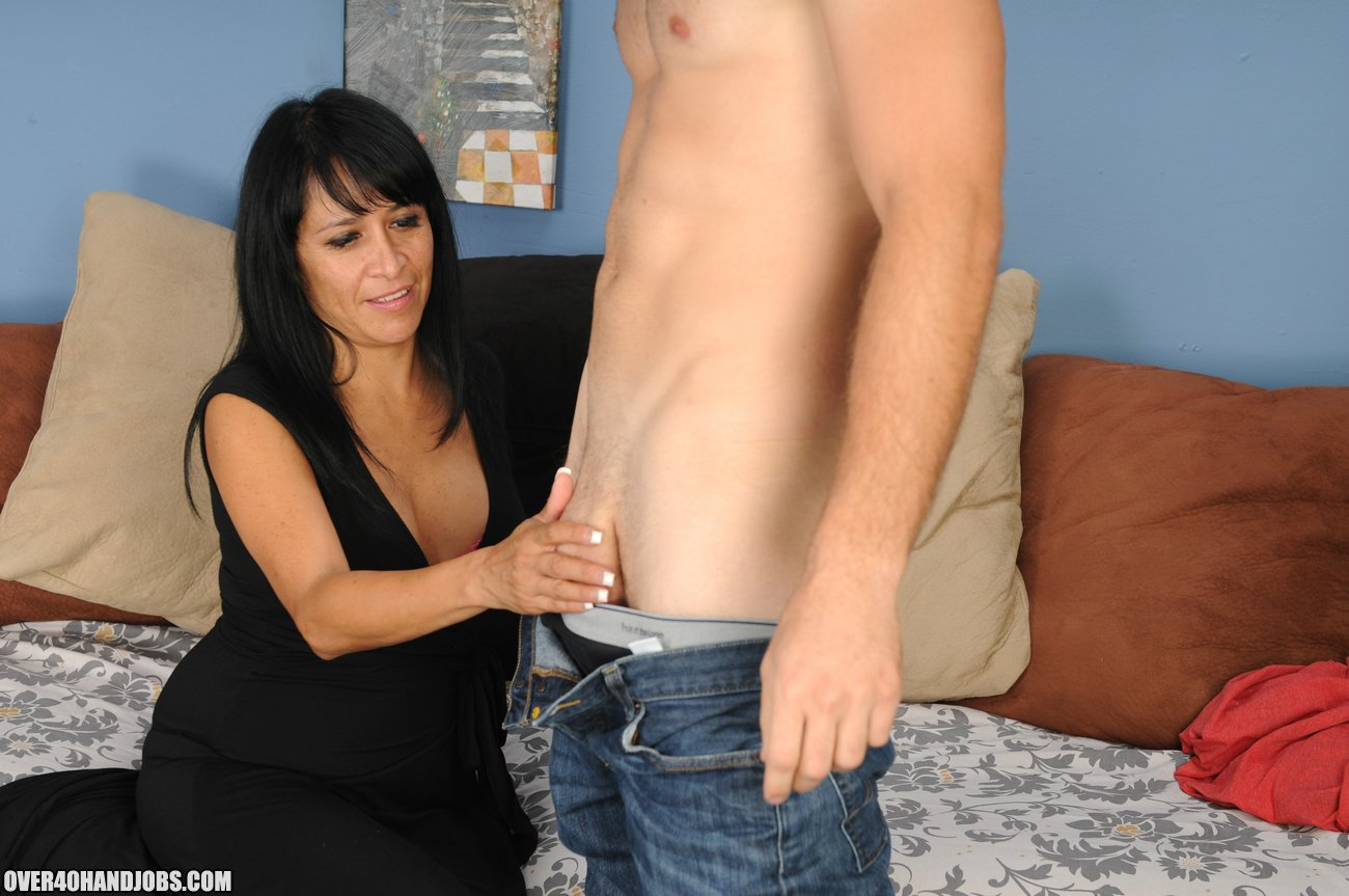 Fake/greenscreen free milf handjob